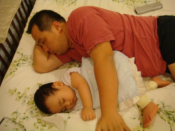 睡著還是要把磊磊抱緊緊