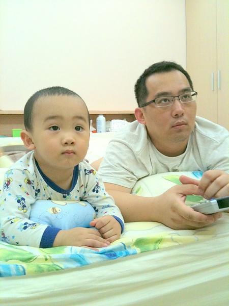 父子倆看電視