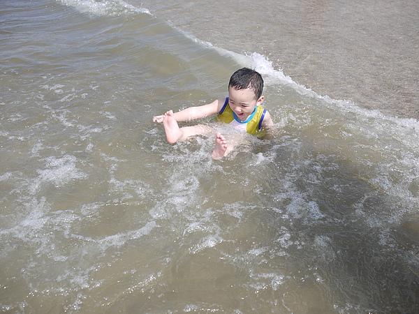 被海浪沖倒了