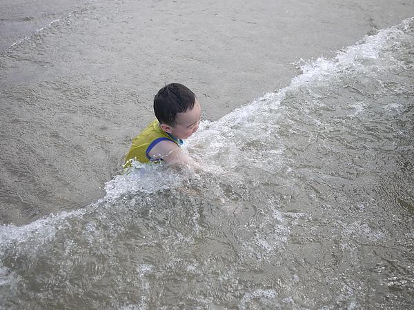 又被海浪襲擊