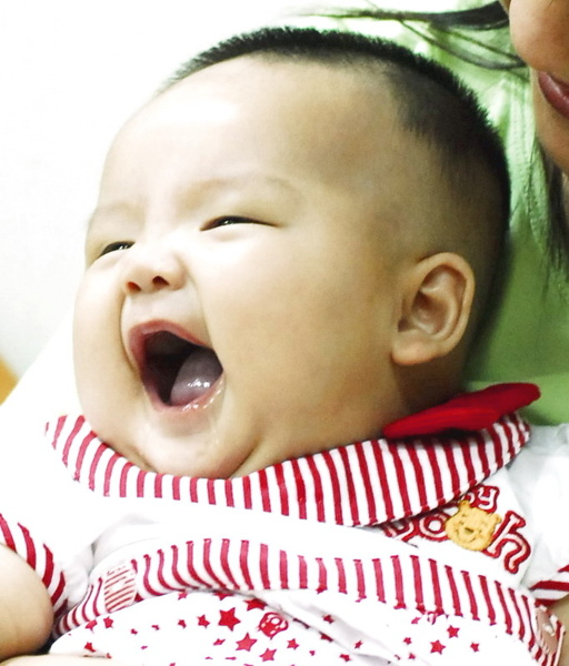 滿四個月囉, 穿著乾媽買的新衣, 開心的笑著