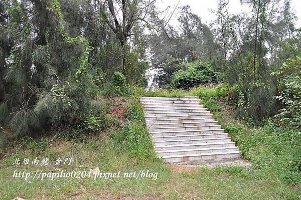 通往黃汴墓的石梯