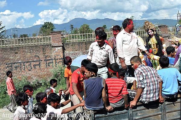 帕坦古都(Patan)到博達納佛塔(Bouddhanath)途中看見的節日遊行車