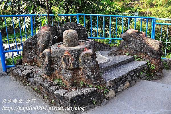 波卡拉(Pokhara)戴維斯瀑布(Devi's Falls; Patale Chhango)景區中的靈甘(Lingam)