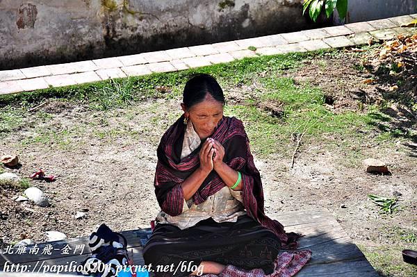 博達納佛塔(Bouddhanath)前祈禱的藏族婦人