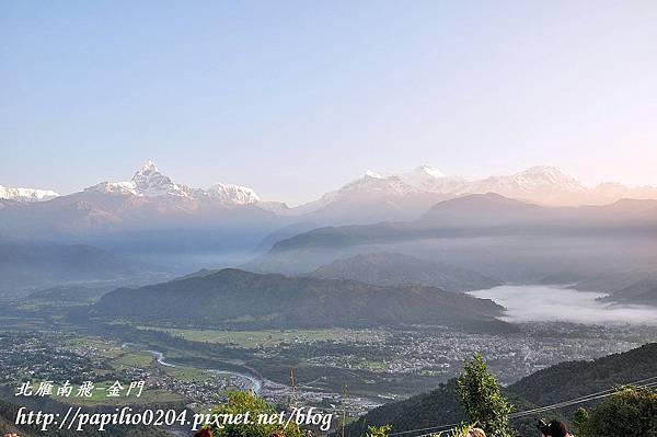 波卡拉(Pokhara)莎朗可山(Mt. Sarangkot)遠望安娜普娜(Annapurna)群峰及河谷