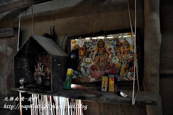 奇旺國家公園(Chitwan National Park)旁塔魯族(Tharu)家屋中的神位