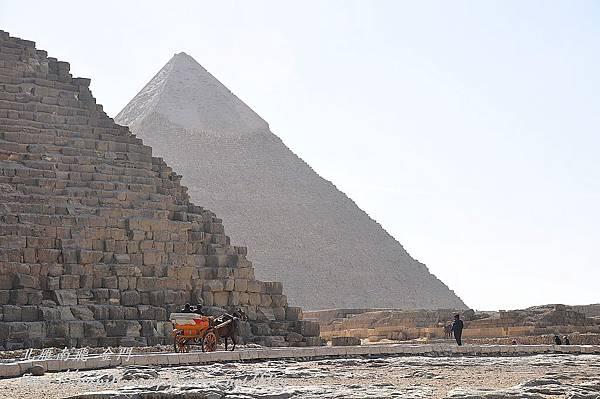 從古夫金字塔遠望卡夫拉金字塔
