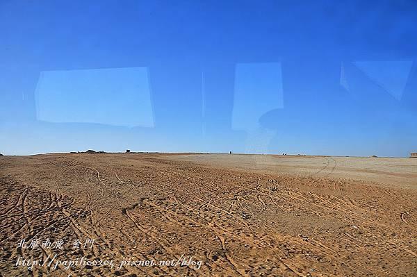 吉薩高原地面上的輪胎痕跡
