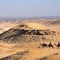 吉薩金字塔區中騎駱駝的遊客