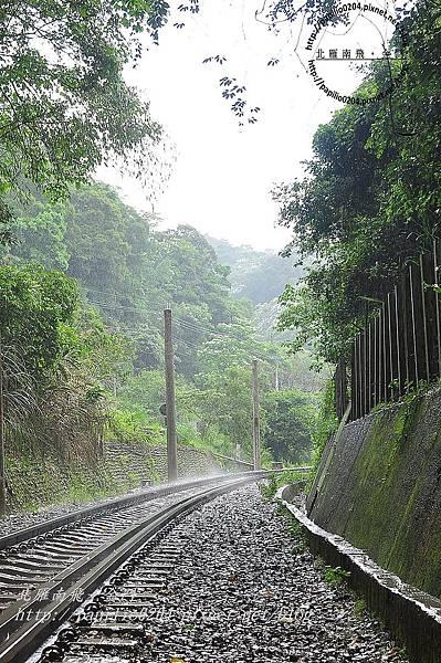 舊山線鐵道勝興二號隧道口雨景