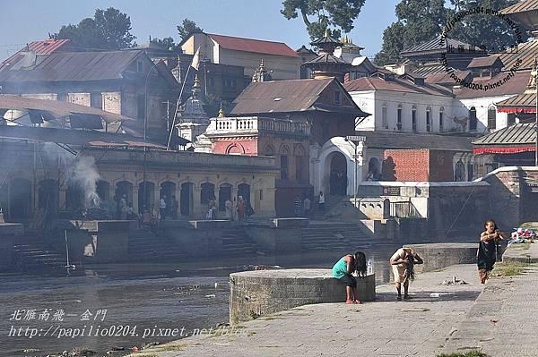 巴格馬提河(Bagmati River)畔的河壇火葬場及洗髮的婦人