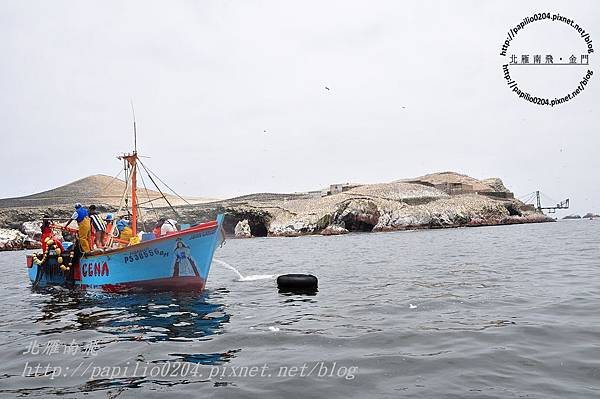 鳥島(islas ballestas)中作業的漁船