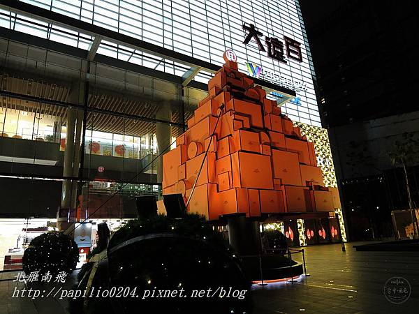 Top City大遠百台中店前廣場聖誕樹