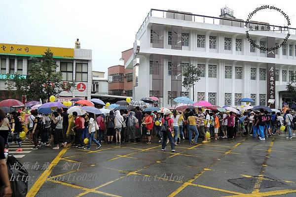 聚集在金門台灣電力公司前的遊行群眾