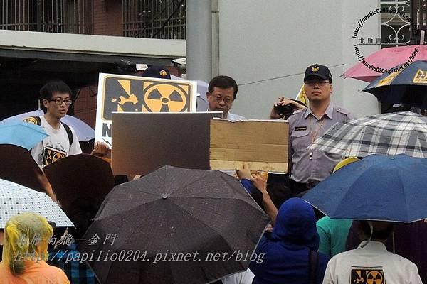 無言的台灣電力公司代表