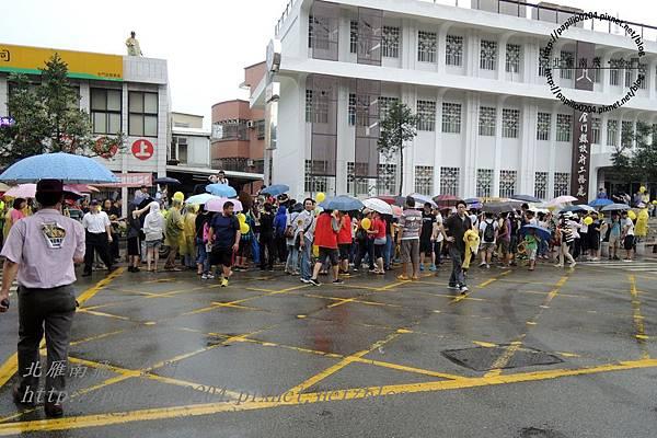 活動結束準備離開台灣電力公司的人群