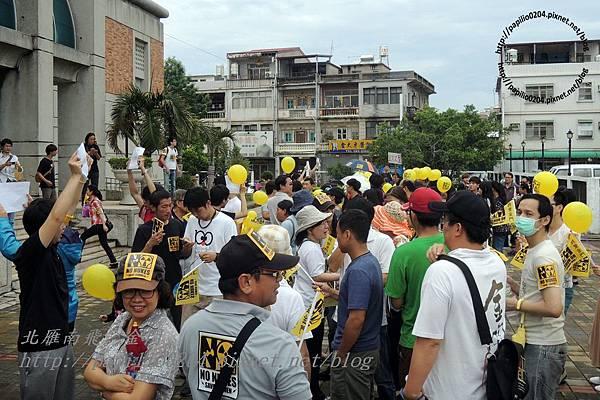 參加遊行的人群集合中