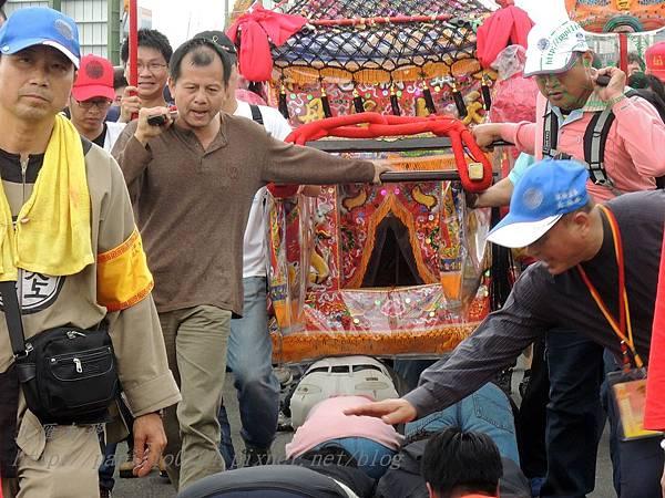 媽祖神轎到達前會有工作人員提醒倰轎腳的人壓低身體並取下不該帶在身上的東西