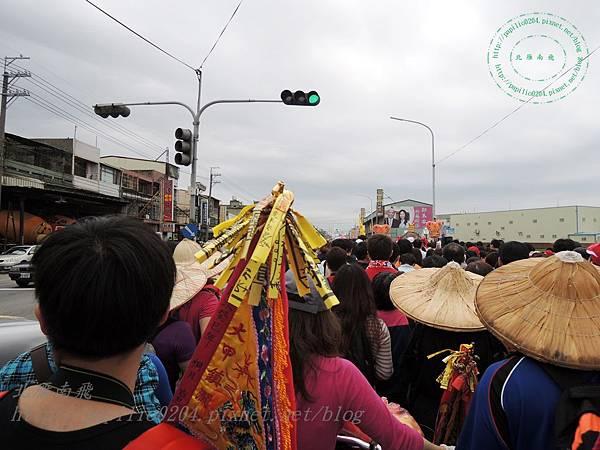 沿途可以看見許多拿著進香旗的信徒