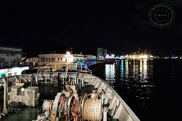 從台馬輪船頭遠望基隆港夜景