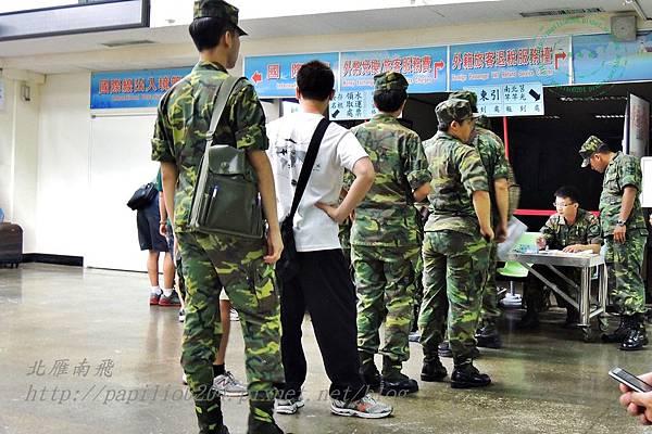 新華航業台馬輪候船室中排隊報到的軍人