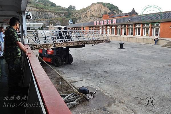 中柱港碼頭上國軍弟兄協助台馬輪搭設登船梯