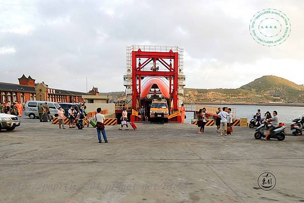 中柱港碼頭上送往迎來的人們