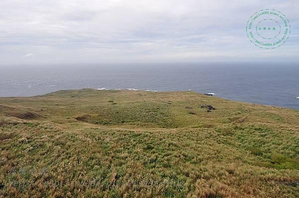 彭佳嶼燈塔眺望火山口與營舍遺跡