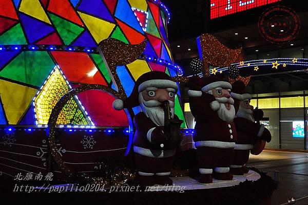 11新光三越台中店聖誕樹的聖誕老人.JPG