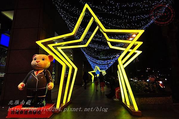 14新光三越台中店旁的泰迪熊與星光隧道.JPG