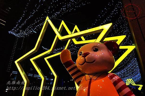 15新光三越台中店旁的泰迪熊與星光隧道.JPG