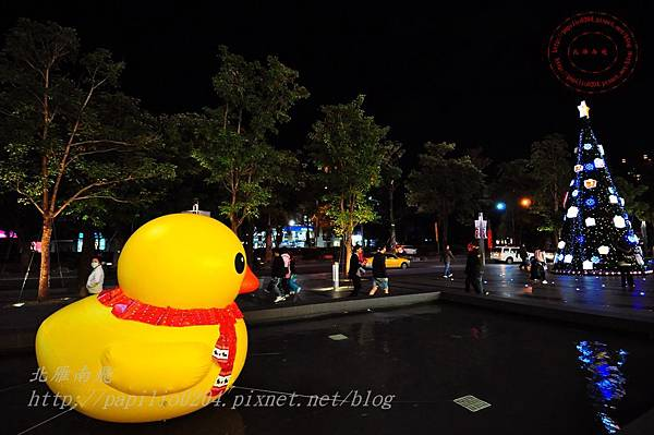 20大遠百台中店黃色小鴨氣球與聖誕樹.JPG