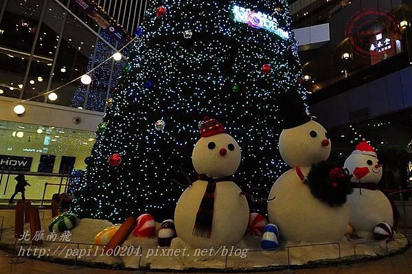 42新時代購物廣場台中店聖誕樹前雪人.JPG