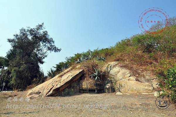 33隱藏在巨石下的成功坑道碉堡.JPG