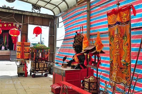 23金門城古地城隍遶境所用的陣旗,香擔與神輦.JPG
