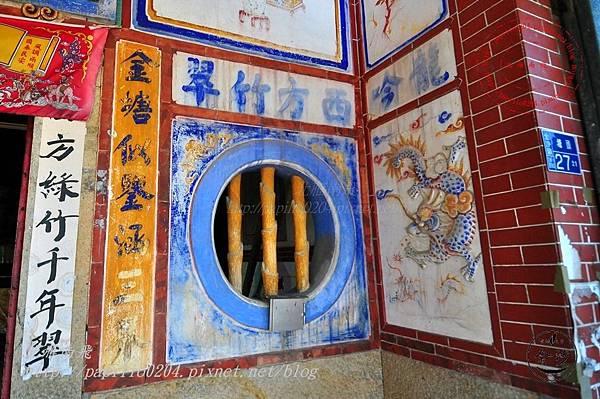 07金門塘頭金蓮寺正面左邊圓窗與周邊彩繪