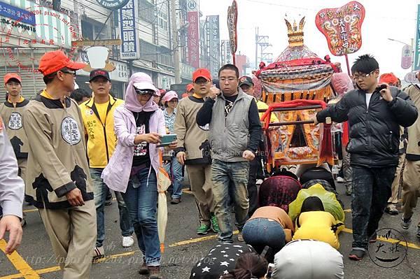 18 2014甲午年鎮瀾宮大甲媽祖遶境-0407信徒倰轎底.JPG