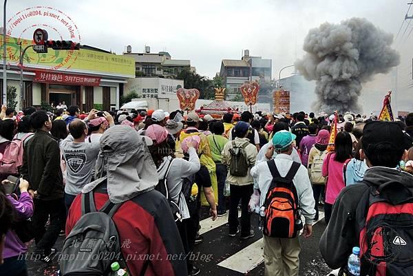 21 2014甲午年鎮瀾宮大甲媽祖遶境-0407大肚段信徒攔轎點砲揚起的煙塵.JPG