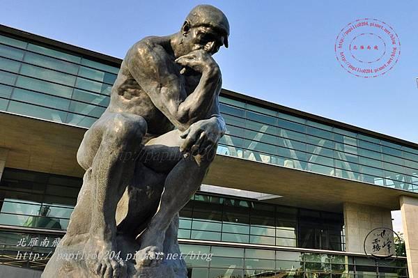 19亞洲大學亞洲現代美術館前的羅丹沉思者雕塑.JPG