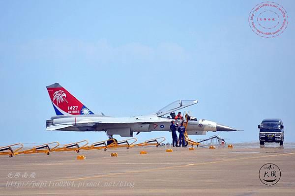 14 20140719清泉崗空軍基地營區開放-降落跑道的IDF彩繪機駕駛離開飛機.JPG