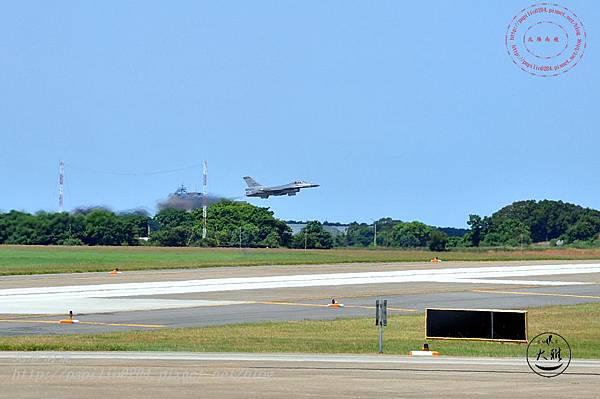 15 20140719清泉崗空軍基地營區開放-起飛的F16戰鬥機.JPG