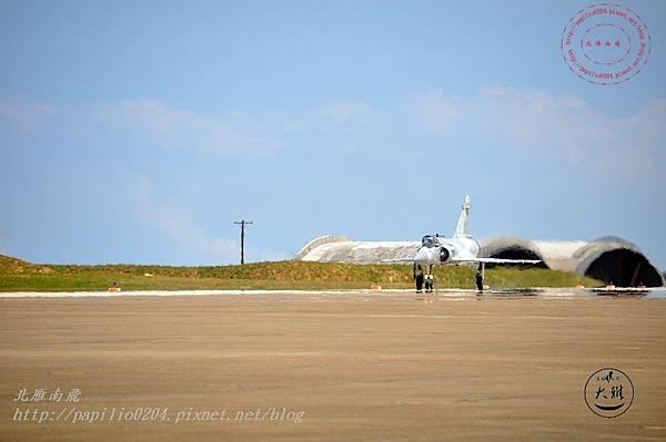 16 20140719清泉崗空軍基地營區開放-降落跑道上的幻象2000戰鬥機.JPG
