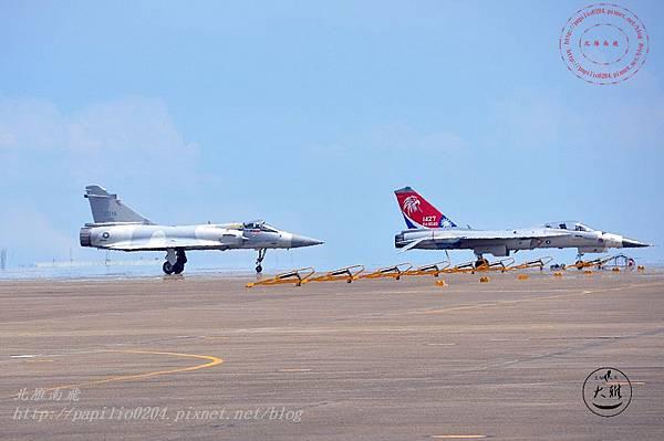 16 20140719清泉崗空軍基地營區開放-降落跑道上的幻象2000戰鬥機與IDF彩繪機.JPG