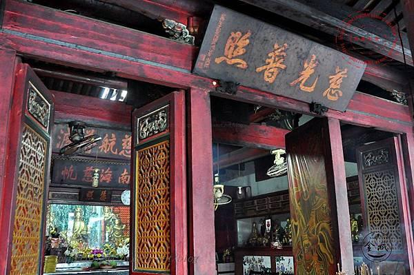 18金門靈濟寺正殿大門上的匾額-慈光普照.JPG