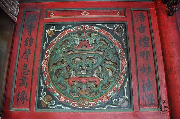 20金門靈濟寺正殿左窗.JPG