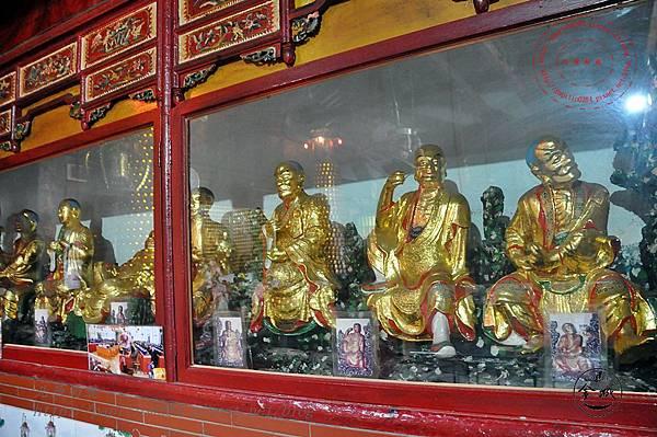 23金門靈濟寺正殿內的羅漢像.JPG