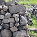 16東嶼坪村中的石牆.JPG