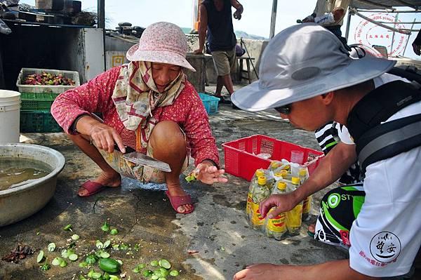 15東嶼坪村中分享仙人掌果的婦人