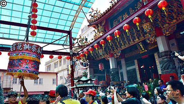 005-2016金門迎城隍浯島城隍廟前的麥寮拱範宮涼傘.JPG